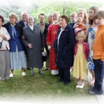 le-12-juillet-2012-andre-girier-(en-rouge)-a-franchi-la-premiere-etape-en-se-faisant-ordonner-diacre-pour-ce-jour-exceptionnel-sa-famille-est-a-ses-cotes-notamment-ses-petits-enfants